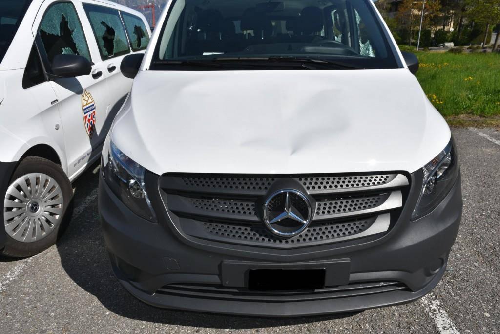 Demolierte Autos Schaan (© Bei allen vier Autos wurden die Motorhauben eingedrückt.)