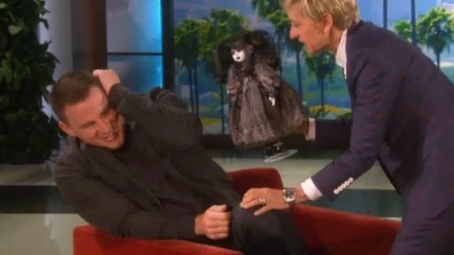 Ellen DeGeneres erschreckt Channing Tatum mit Bäbi (Screenshot)