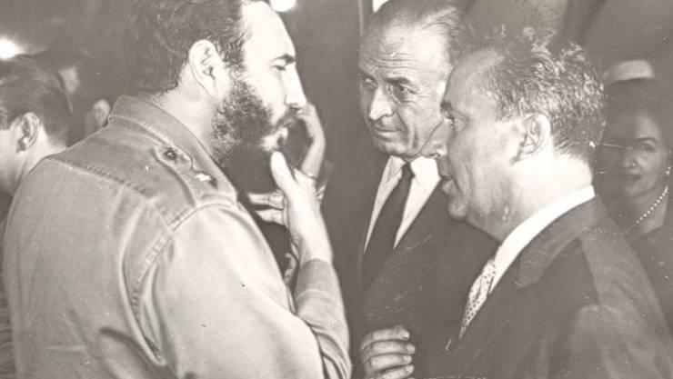 Fidel Castro (links) und der Schweizer Botschafter Emil A. Stadelhofer (rechts) diskutieren im Jahr 1964 (Archiv)