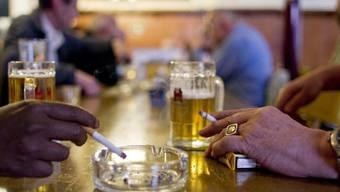 Rauchen und Trinken macht - vereinfacht gesagt - dumm, denn die beiden Gewohnheiten beschleunigen die Gehirnalterung. Personen mit hohem Gehirnalter schneiden bei Hirnleistungstests schlechter ab als solche mit tiefem. (Symbolbild)