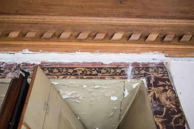 Alte Verzierelemente kommen beim Umbau zum Vorschein