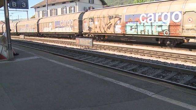 Mann von Güterzug erfasst