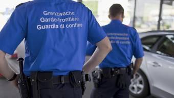 Schweizer Grenzwächter in Basel an der Grenze zwischen der Schweiz und Deutschland.