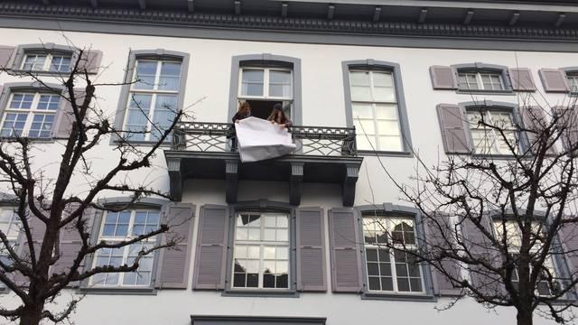 «Ja! Zu den Demokratieinitiativen»: Die Baselbieter Juso hängt ihre Parole ans Regierungsgebäude in Liestal