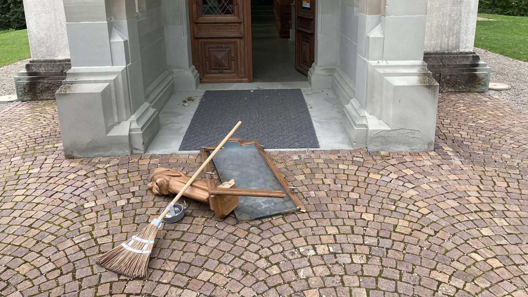 Mehrere Gegenstände wurden beschädigt.
