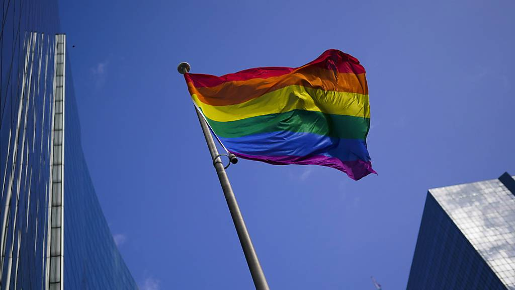 ARCHIV - Eine Regenbogenflagge ist im Finanzviertel gehisst und weht im Wind. Das Europaparlament hat die EU mit klarem Mehrheitsvotum zum Freiheitsraum für LGBTIQ-Personen erklärt. Foto: Francisco Seco/AP/dpa