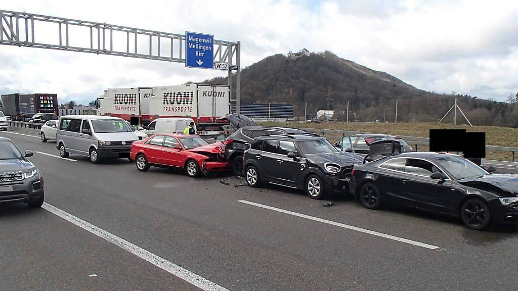 Viel Blechschaden bei drei Kollisionen auf der Autobahn A1 bei Brunegg AG.