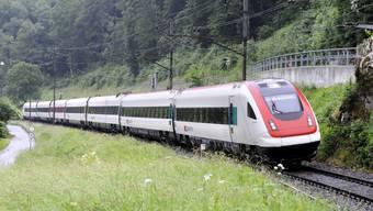 Weniger Züge, schlechtere Verbindungen: Das blüht der Strecke Basel – Laufen. (Bild: ICN-Neigezug zwischen Duggingen und Grellingen.)