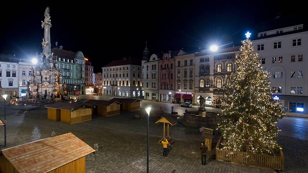 Ein Weihnachtsbaum im Zentrum von Olmütz. Foto: Ludìk Peøina/CTK/dpa