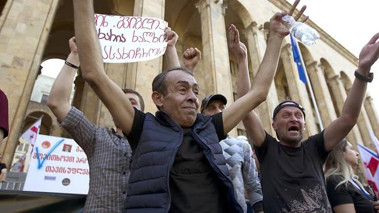 In Georgien haben am Dienstag den sechsten Tag in Folge tausende Menschen gegen die Regierung protestiert.