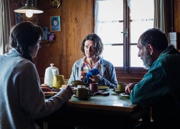 Rosa Wilder (Sarah Spale) bei ihren Eltern Christine Wilder (Ruth Schwegler) und Vater Paul Wilder (Andreas Matti)