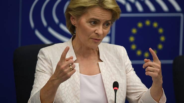 """Ursula von der Leyen ist am Dienstag vom EU-Parlament in Strassburg zur neuen Präsidentin der EU-Kommission gewählt worden. Sie sei """"sehr geehrt und gerührt"""", sagte sie nach ihrer Wahl. Doch es war knapp: Nur 383 Abgeordnete stimmten für sie - neun Stimmen über der nötigen absoluten Mehrheit."""