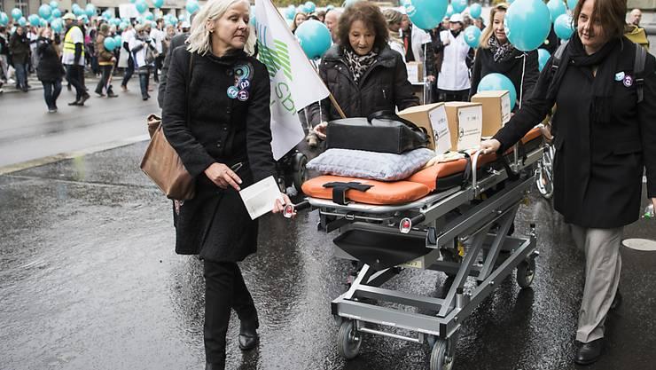 Pflegefachpersonen und Politikerinnen bei der Einreichung der Unterschriften zur Pflegeinitiative, mit welcher der Pflegeberuf gestärkt werden soll. Die Gesundheitskommission des Nationalrates plädiert für einen indirekten Gegenvorschlag. (Archivbild)