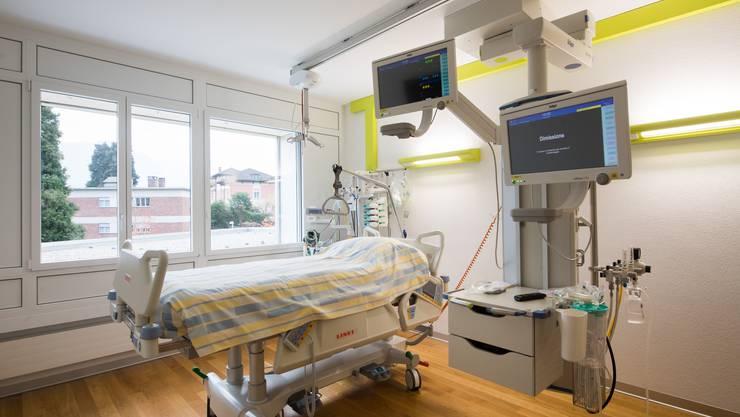 Dieses Jahr blieben wegen der Coronapandemie mehr Spitalbetten unbenutzt. Dadurch sanken die Kosten. (Symbolbild)