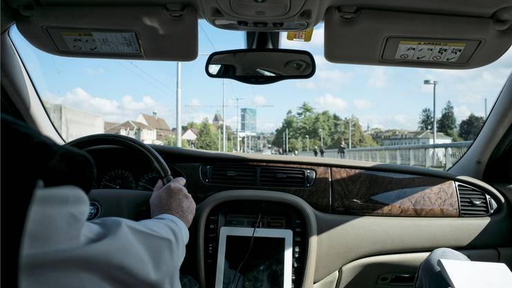 Hans fährt mit einem Jaguar XJ für Uber: «Ich verdiene bis zu 40 Franken pro Stunde und kann mit Pharma-Managern aus den USA reden. Das ist spannend.»