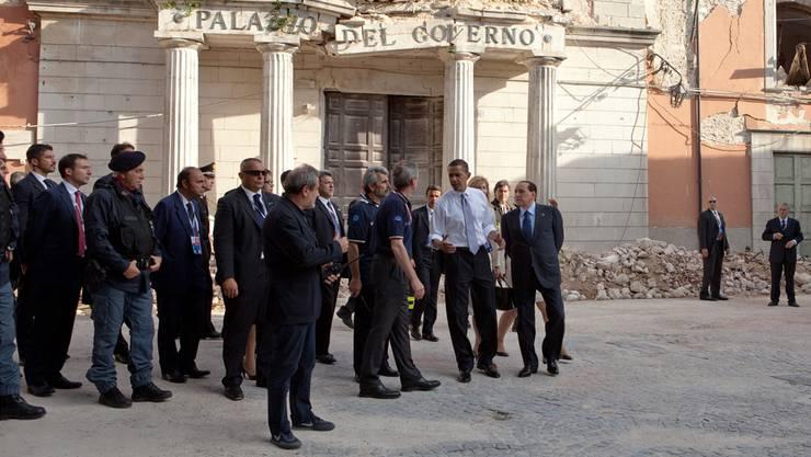 Offensive Schadenbegrenzung: Im Juli 2009 lud Berlusconi (rechts neben Obama) zum G8-Gipfel nach L'Aquila, Zivilschutz-Chef Bertolaso war auch dabei.Chuck Kennedy