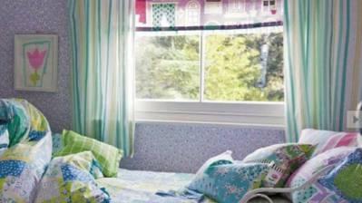 Mädchen war alleine zu Hause und entdeckte in der Wohnung einen ungebetenen Gast - ein Einbrecher - und springt danach in ihrem Zimmer aus dem Fenster (Symbolbild)