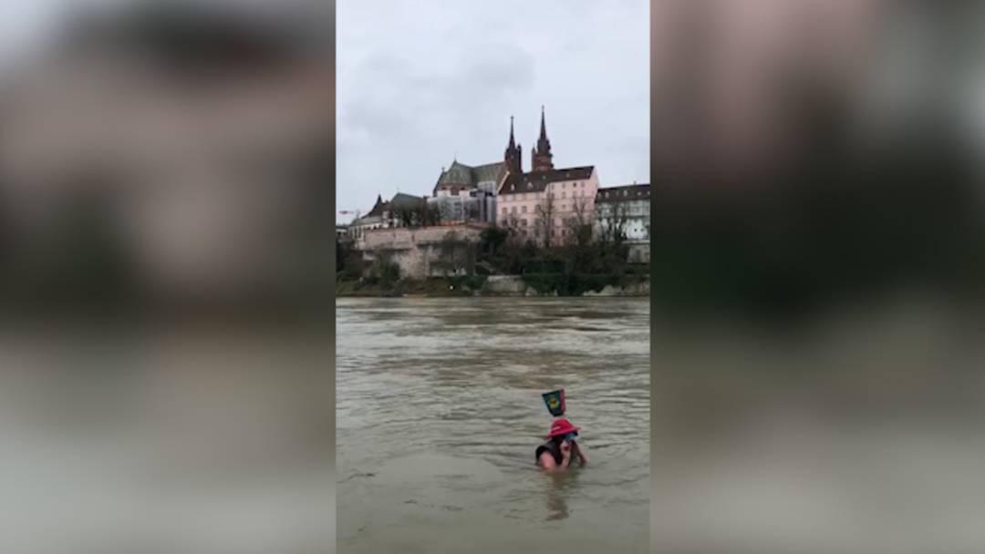 «Dr Cortège goht dr Bach ab! »Vis-à-vis des Basler Münsters liess sich am Montag ein Aktiver samt Piccolo den Rhein herunter treiben.
