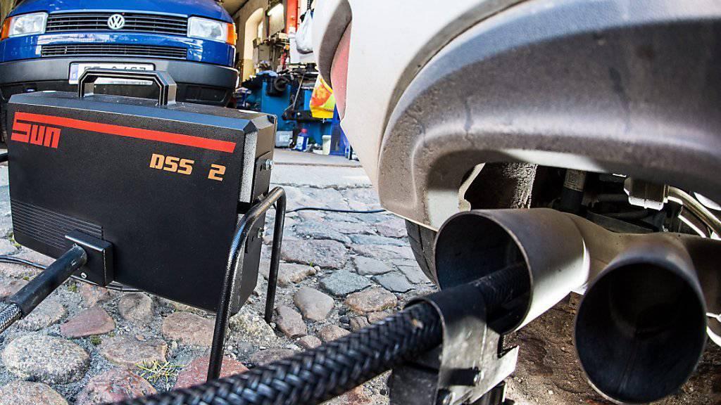 Während VW-Kunden in den USA in Folge des Abgasskandals bis zu 7000 Dollar Entschädigung erhalten, gehen Autobesitzer in Europa und der Schweiz leer aus. Die Stiftung für Konsumentenschutz setzt nun auf eine kollektive Vergleichslösung.