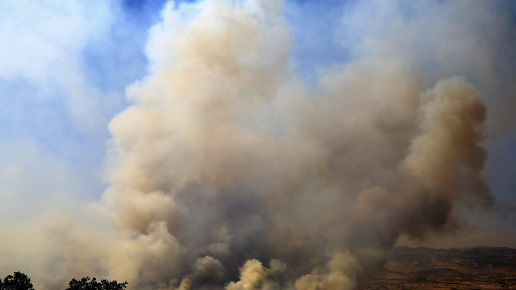 Dicke Rauchwolken zeugen von Gefechten zwischen türkischen Soldaten und PKK-Kämpfern im Lice Distrikt.