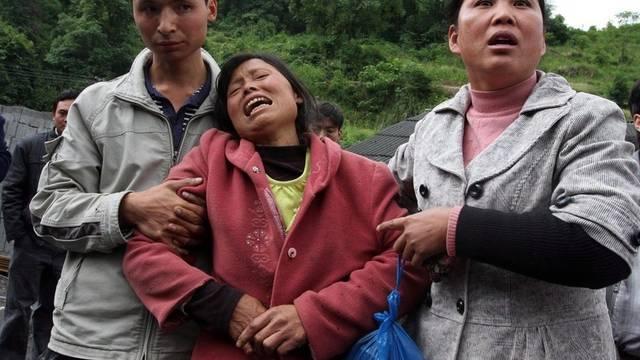 Eine Frau beweint den Tod verunglückter Minenarbeiter in China (Symbolbild)