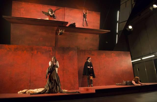 "Julia Hölscherinszeniert""Amphitryon"" im Basler Schauspielhaus."