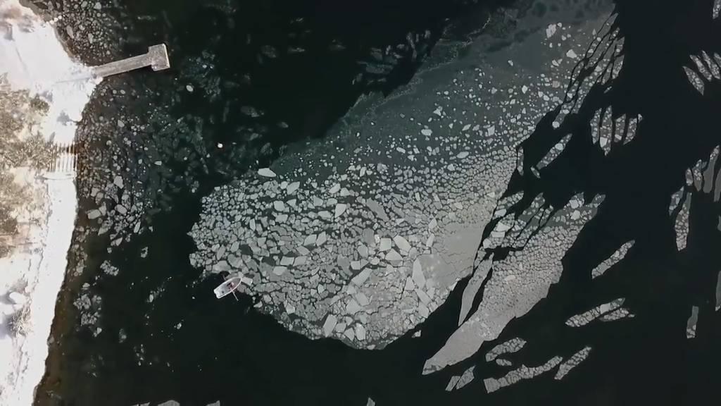 Finnland: Ruderboot gegen Eisscholle