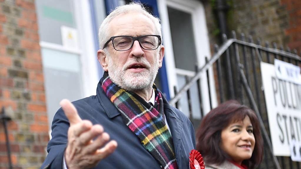 Jeremy Corbyn verlässt mit seiner Frau das Wahllokal.