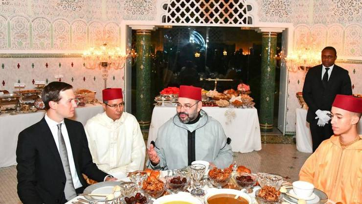 Trumps Schwiegersohn Jared Kushner (links) beim Fastenbrechen mit der marokkanischen Königsfamilie, König Mohammed VI (Mitte), Kronprinz Moulay Hassan (rechts). (Archivbild)