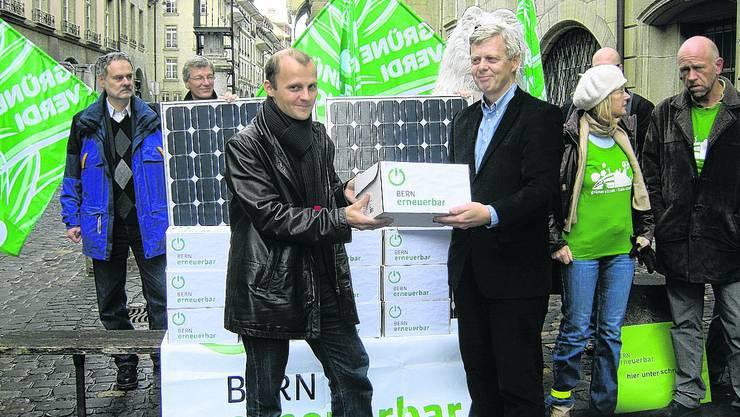 In Kisten verpackt: Parteipräsident Blaise Kropf übergibt Michel Liechti vom Kanton Bern die Unterschriften. joh