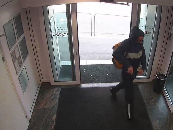 Der Mann hatte dunkle Trainerhosen mit weissen Längsstreifen unterhalb der Knie und ein dunkles Sweatshirt mit Kapuze an.