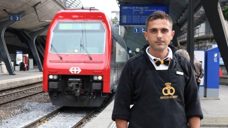 Senat Iseni arbeitet jeden Tag am Brezelkönig-Stand am Bahnhof Zürich-Stadelhofen in Sichtweite des Perrons.