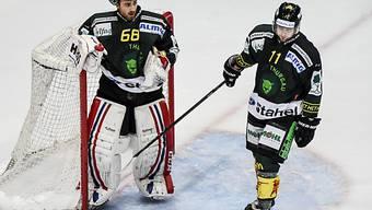 Der Thurgauer Goalie Dominic Nyfeller und Fabian Maier