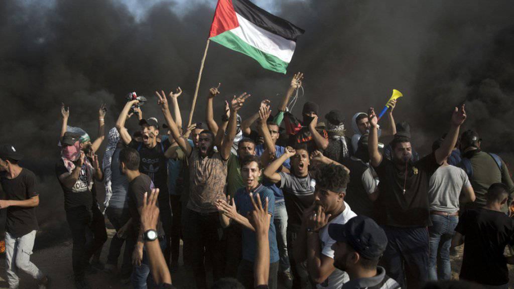 Nach Angaben der israelischen Armee hatten sich rund 20'000 Palästinenser an verschiedenen Punkten am Grenzzaun versammelt.
