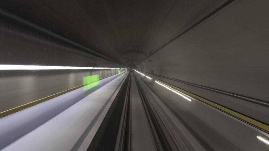Die grosse Mehrheit der Schweizer Bevölkerung findet die Kosten von 12,2 Milliarden Franken für den neuen Gotthard-Basistunnel in Ordnung. (Archivbild)