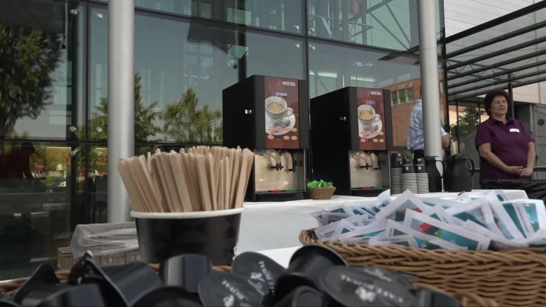 Bauern protestieren gegen Migros-Milchpreis –  Migros serviert Kaffee
