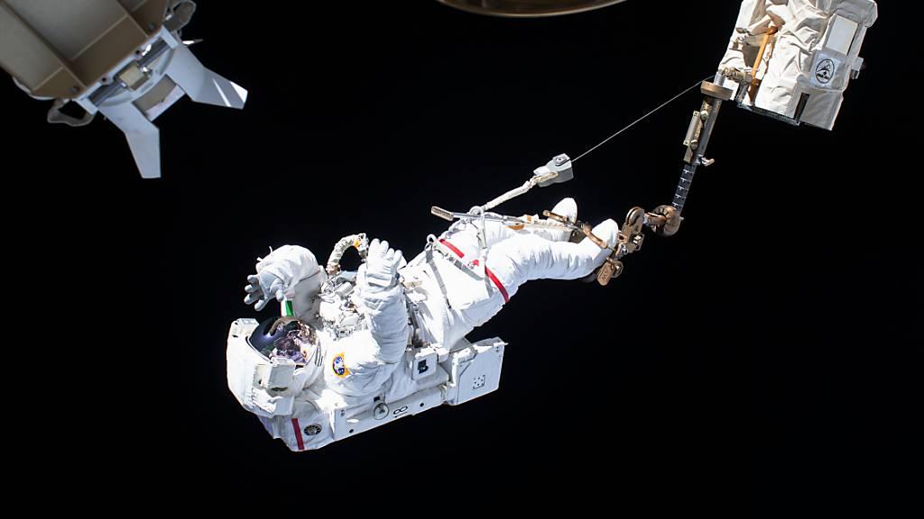 Ein ESA-Astronaut beim Außeneinsatz an der Internationalen Raumstation ISS.