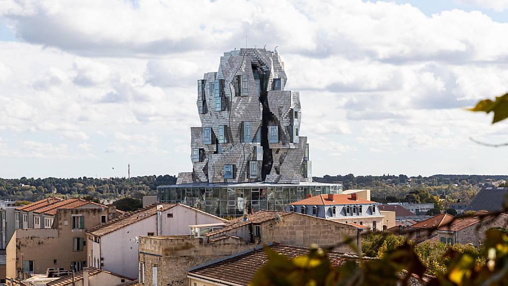 Der Luma Foundation-Turm ragt über die Dächer der Stadt Arles.