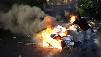 Mursi-Gegner verbrennt das Bild des Ex-Präsidenten in Kairo