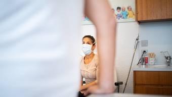 Hausärzte in beiden Basel wollen trotz Corona wieder mehr Patienten direkt in ihrer Praxis untersuchen. (Symbolbild 20.März 2020)