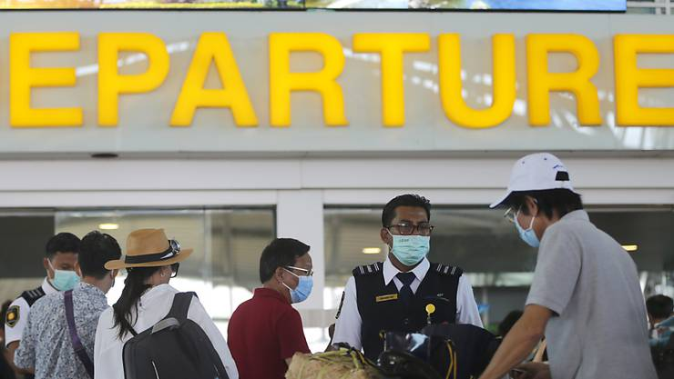 Das Coronavirus behindert auch Reisende und führt zu Verzögerungen. (Symbolbild)