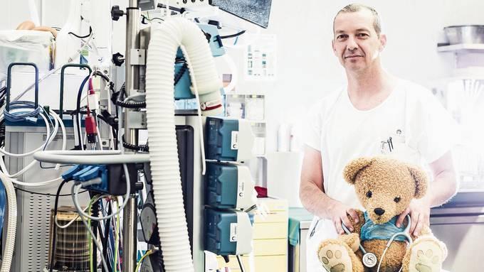 «Im Kleinkindalter sind es zumeist Nachbarn und Angehörige, die Auffälligkeiten melden», sagt Georg Staubli, Leiter Kinderschutzgruppe am Kinderspital Zürich.