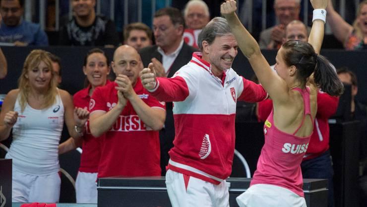 Viktorija Golubic (r.) feiert ihren wichtigen Sieg zusammen mit Fed-Cup-Teamcaptain Heinz Günthardt.Keystone