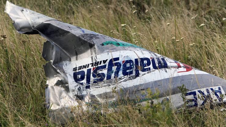 Ein Trümmerteil der abgeschossenen Maschine auf einem Feld in der Ostukraine. 298 Menschen kamen beim Absturz ums Leben.