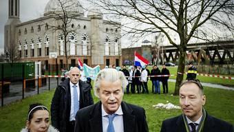 """Seine """"Partei für Freiheit"""" zieht in den Niederlanden in mehrere kommunale Parlamente ein: Rechtspopulist Geert Wilders (Mitte). (Archivbild)"""