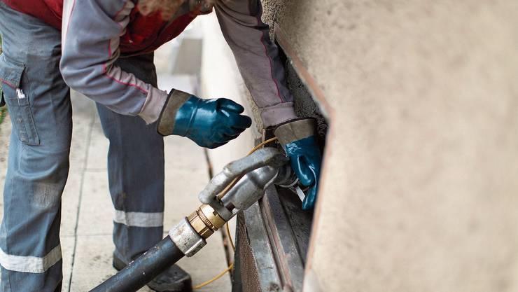 Wenn der Ölpreis steigt, dann wird mehr Heizöl bestellt aus Furcht, das Öl könnte noch teurer werden. Bild: Gaëtan Bally/Keystone