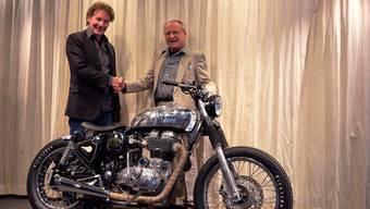 Alexander Frei (links) übernimmt von Fritz W. Egli die Egli Motorradtechnik AG. zvg