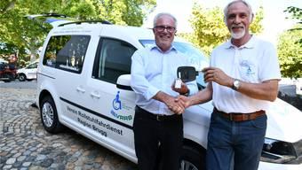 Roby Baschnagel (links) übergibt Bruno Huber den Schlüssel für das neue Auto. Bild: Janine Müller
