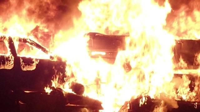 Schrottautos brennen auf der A1
