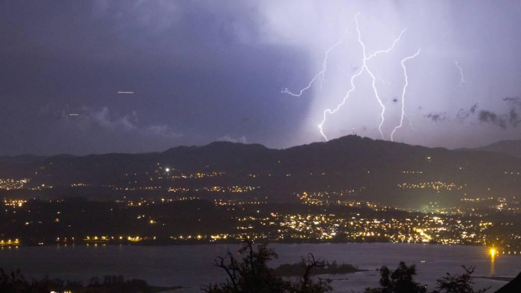 Meteoriten waren es nicht allein, welche die Entstehung von Leben auf der Erde ermöglichten: Blitze (wie hier über Rapperswil) könnten dabei geholfen haben, behauptet ein Wissenschaftler (Archivbild).